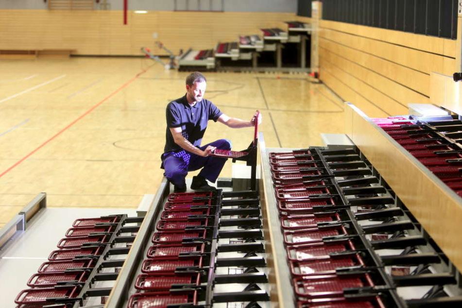 Daniel Wobst (38) schraubt neue Zuschauerplötze an. Der Verein hätte gern mehr Platz in der Halle.