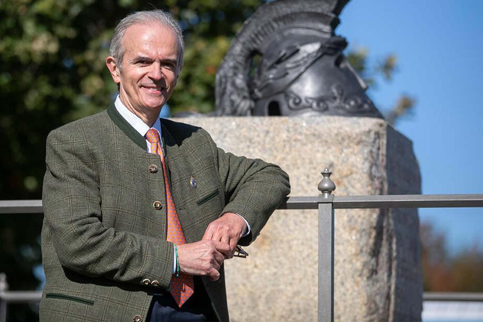 Unterstützer Alexander Prinz von Sachsen (65) vor dem frisch sanierten Denkmal.