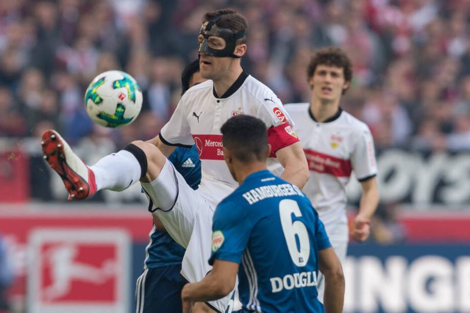 Im Rückspiel der vergangenen Saison gegen den Hamburger SV: VfB-Kapitän Christian Gentner mit Maske am Ball.