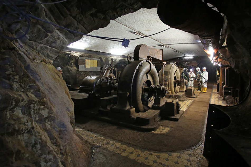 In 270 Metern Tiefe stehen Bergleute in einem Wasserkraftwerk von 1914.Nach der Sanierung ist der Zugangsschacht zu dem Stollen, der Drei-Brüder-Schacht, wieder eröffnet worden.