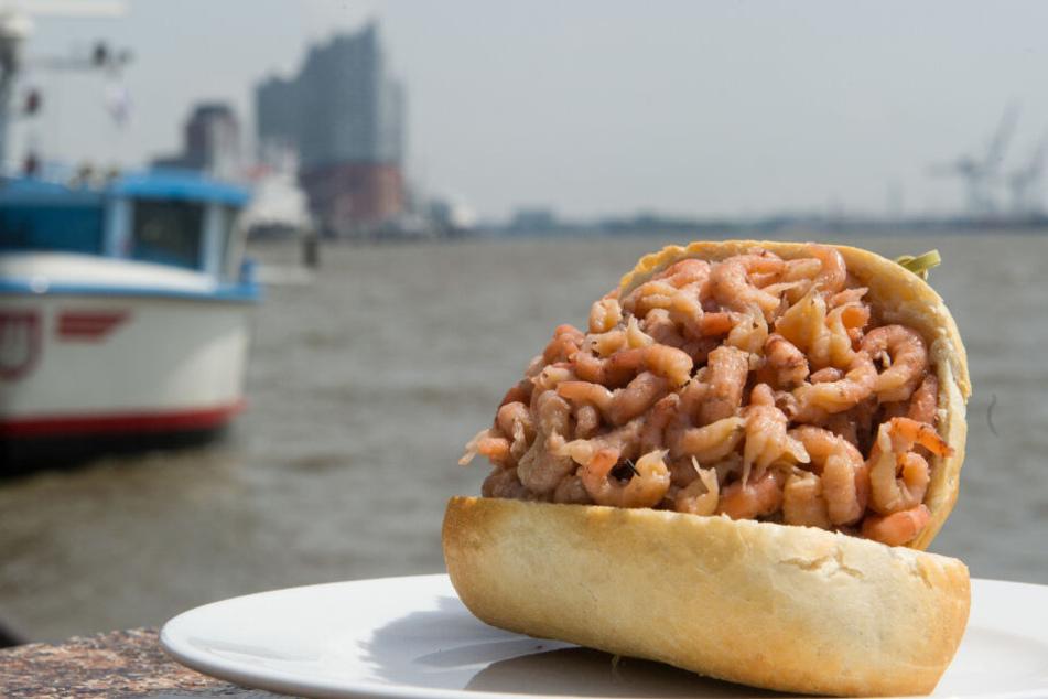 Ein Krabbenbrötchen liegt verzehrbereit am Hamburger Hafen.