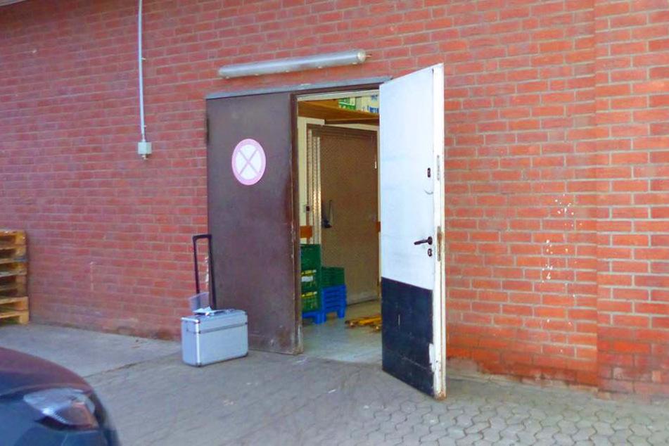 Die Einbrecher kamen durch die Außentür des Lagers.