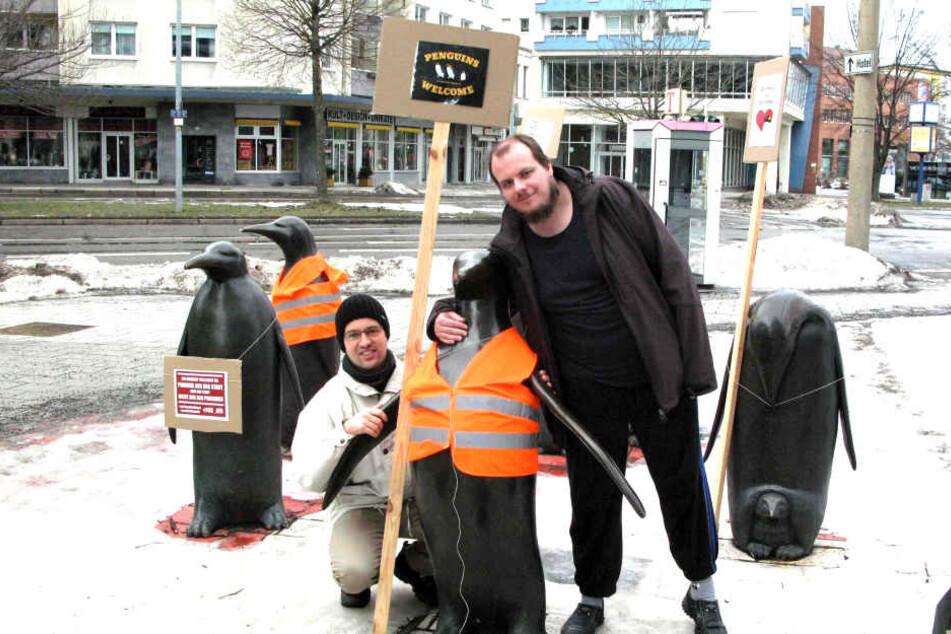 Nach dem Schilder-Protest herzten Lars Neubert (36, l.) und Stefan Helmert  (29) die Pinguine.