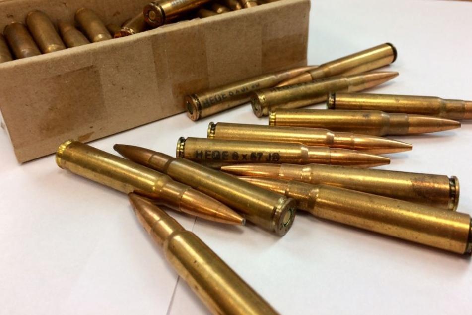 Bei der Durchsuchung stellten die Beamten illegale Waffen und Munition sicher.
