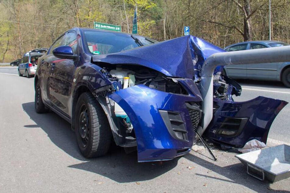 Der Mazda ist mit voller Wucht in das Geländer gekracht.