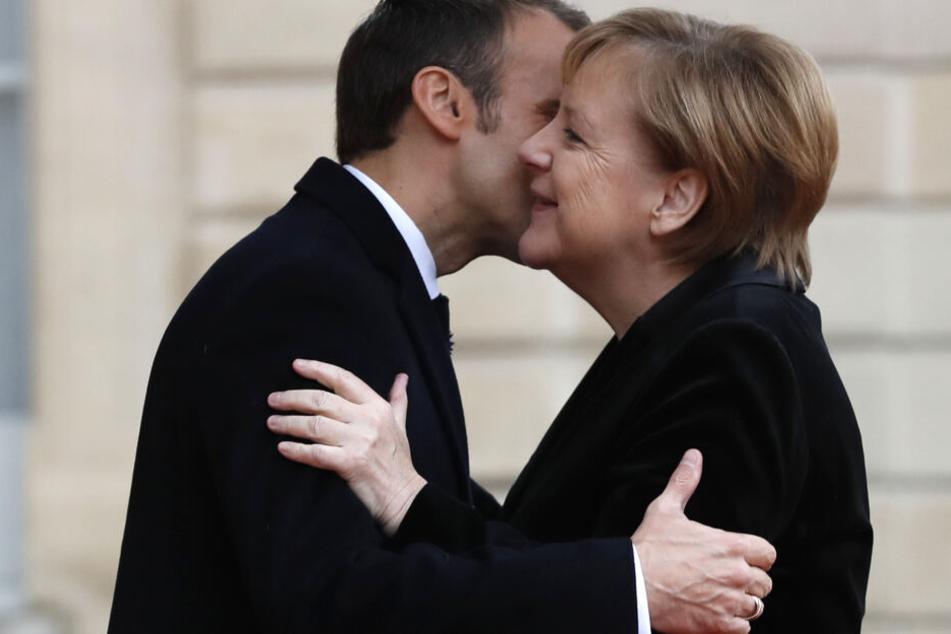 Der französische Staatschef Emmanuel Macron wird am Dienstag Angela Merkel in Aachen treffen.