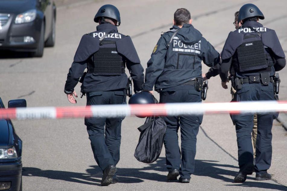 Die Polizei sperrte die Straße ab. (Symbolbild)