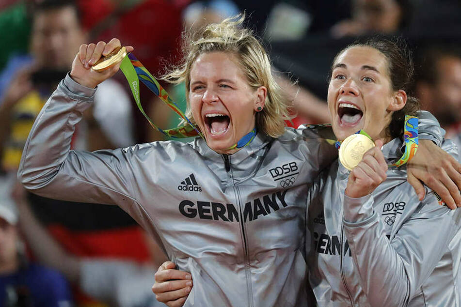 Laura Ludwig (r.) und Kira Walkenhorst bejubeln ihre Goldmedaille an der Copacabana.