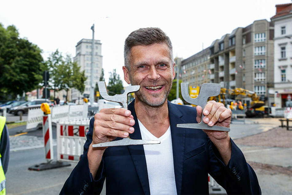 DVB-Vorstand Lars Seiffert (50) zeigt das alte (l.) und neue Schienenprofil (r.).