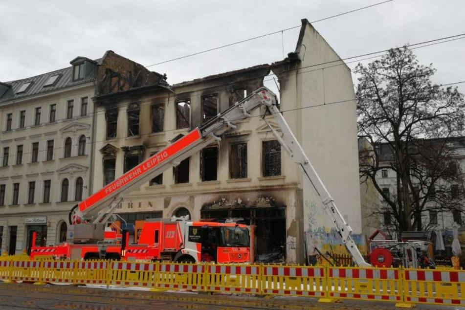Das Gebäude brannte im Inneren komplett aus. Die Giebelfassade weißt starke Risse auf, sodass ein Absturz auf die freistehende Fläche samt Imbiss daneben droht.