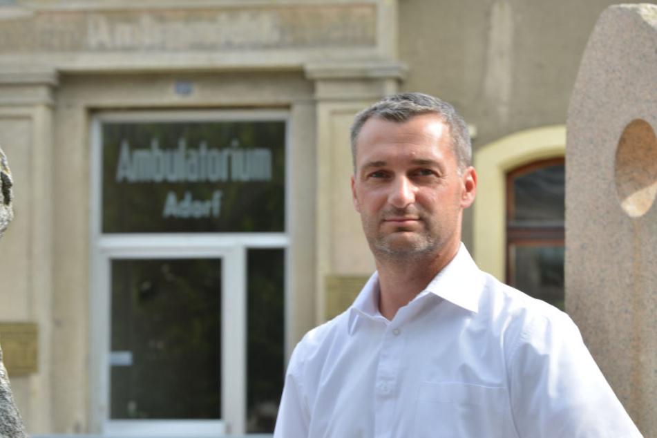 Seine Gemeinde lockt Medizinstudenten, zahlen müssen sie aber trotzdem was: Adorfs Bürgermeister Rico Schmidt (42, SPD).
