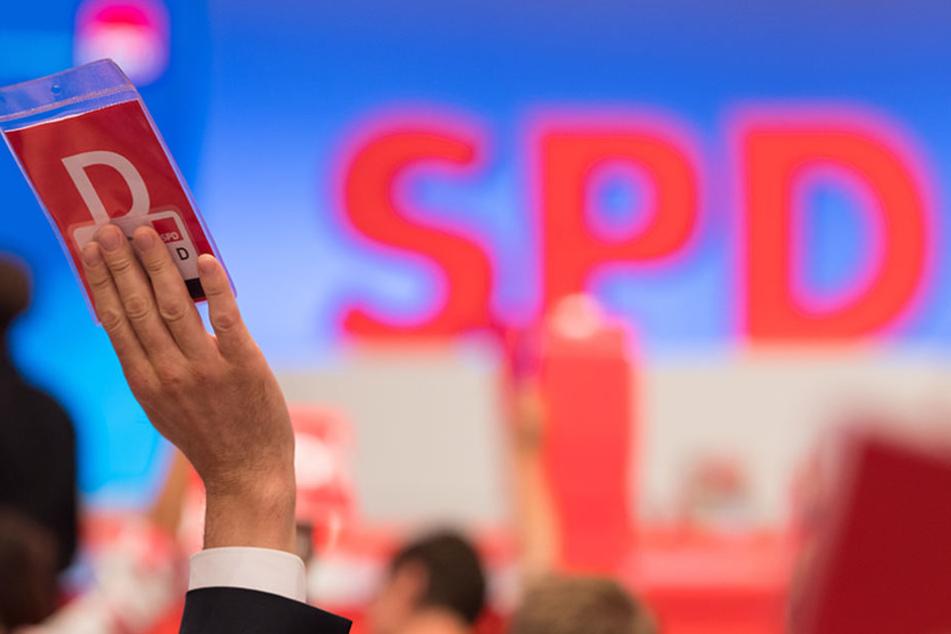 Ein Delegierter stimmt beim SPD-Sonderparteitag in Dortmund zum Beschluss des Wahlprogramms für die Bundestagswahl 2017 mit seiner Stimmkarte ab.