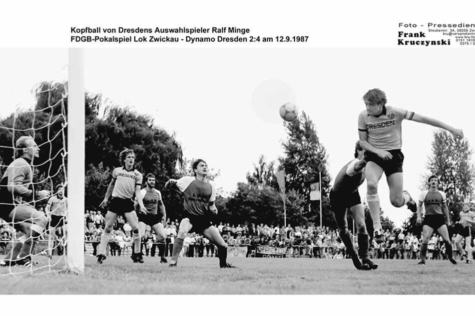 Kopfball von Dresdens Auswahlspieler Ralf Minge FDGB-Pokalspiel Lok Zwickau - Dynamo Dresden 2:4 am 12.9.1987