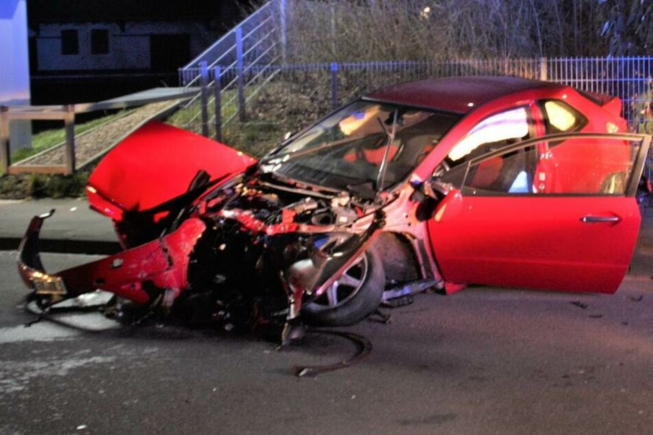Autofahrer zerlegt seinen Wagen bei schwerem Unfall