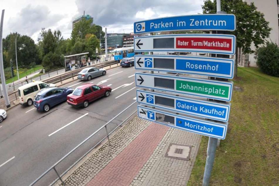 Nach 14 Jahren ist das Parkleitsystem nur noch Schrott, soll abgerissen werden. Ein Ersatz würde 850 000 Euro kosten. Geld, das weder Rathaus noch Stadtrat ausgeben wollen.