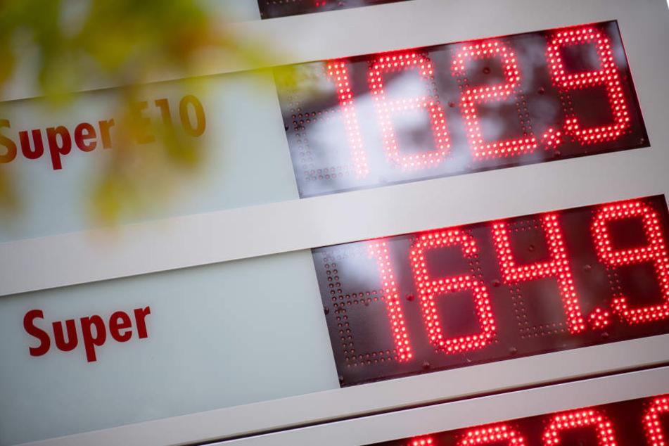 An den Tankstellen kostet Benzin und Diesel momentan besonders im Südwesten deutlich mehr als üblich.
