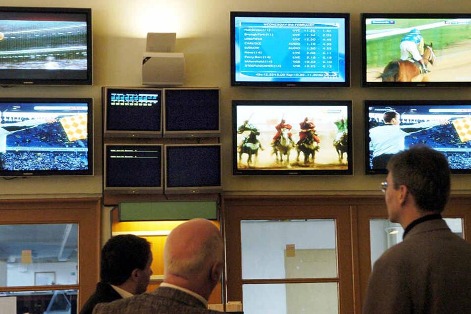 In Wettlokalen verfolgen Besucher Sportwettkämpfe auf Monitoren.