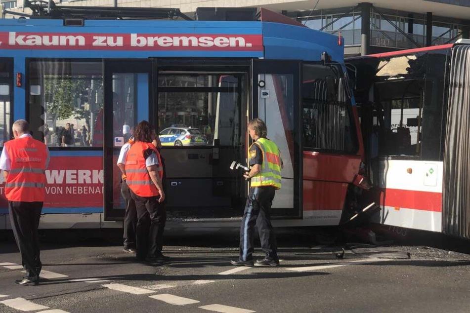 Straßenbahn kracht mit Bus zusammen und entgleist, drei Menschen werden verletzt