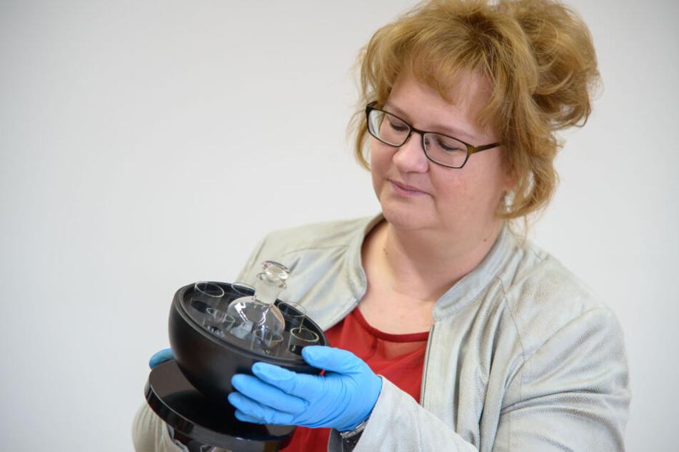 Bauhaus im Industriemuseum: Mitarbeiterin Anett Pohl zeigt eine Kugel mit Karaffe und Gläsern.