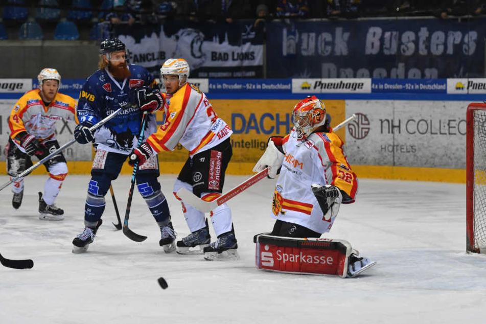 Thomas Pielmeier brachte mit seinem Treffer die Eislöwen in Front, aber am Ende konnte sie nur einen Punkt aus Frankfurt mitnehmen.