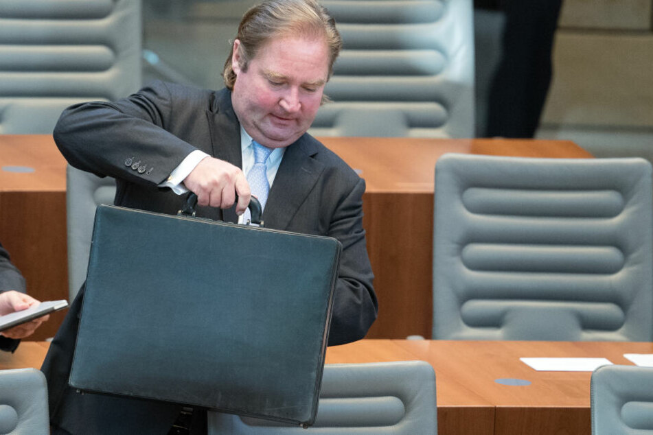 Bei den Summen hat NRW-Finanzminister Lutz Lienenkämper (CDU) schwer zu schleppen.