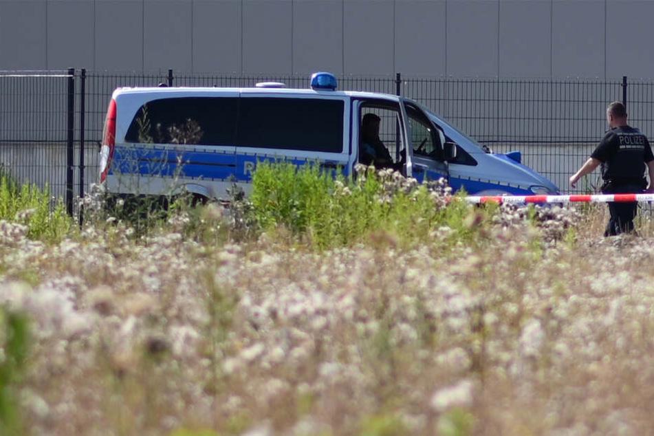 Polizisten vor Ort im Industriegebiet Haid in Freiburg.