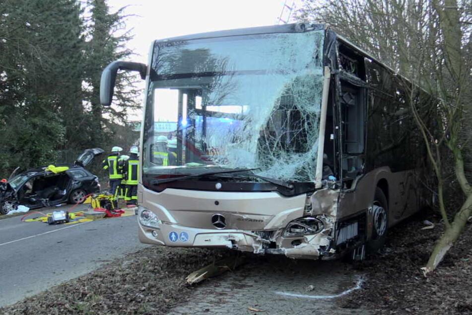 Bus mit Schülern kracht frontal in Auto: Fahrerin schwer verletzt