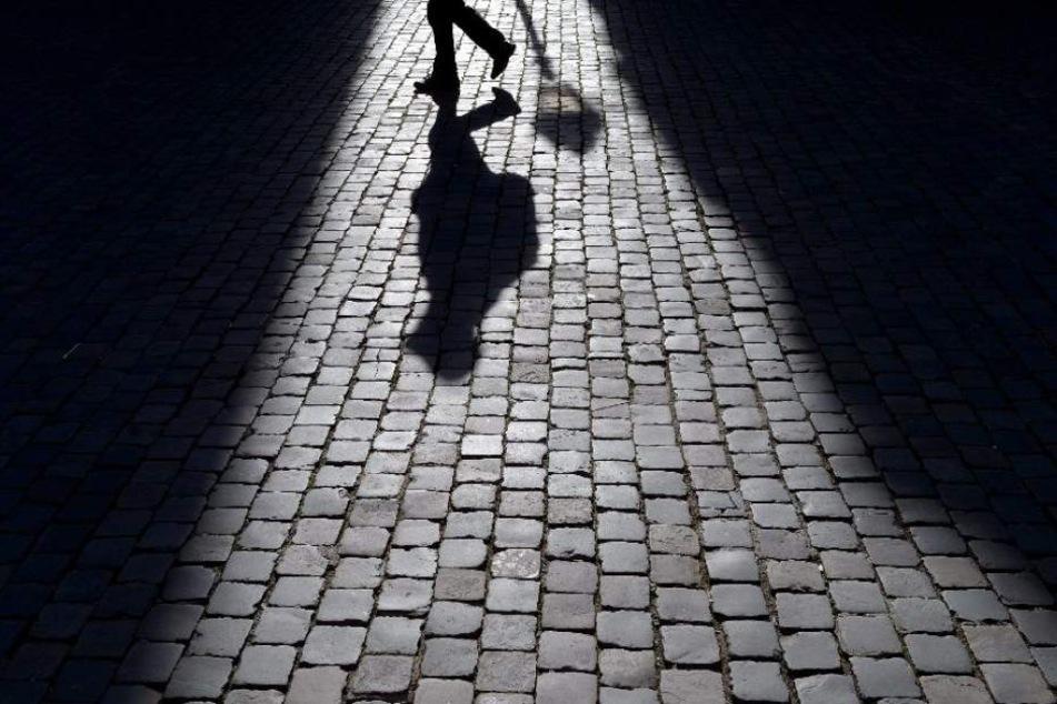 Der Unbekannte versuchte zunächst einen Mann zu überwältigen, bis er bemerkte, dass sein Opfer keine Frau war. (Symbolbild)