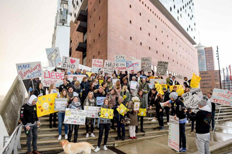 Die Hamburger Goldkehlchen wollen in der Elbphilharmonie singen und haben dazu Unterstützung von Fans bekommen, die gemeinsam mit ihnen demonstrieren.