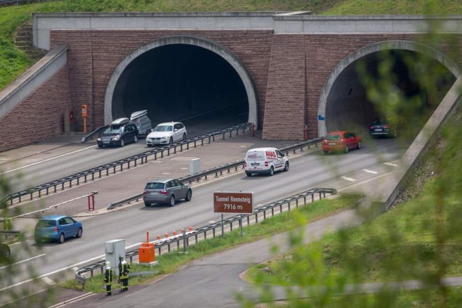 Rein fuhren sie noch gemeinsam, aus dem Tunnel kamen nur Vater und Sohn.