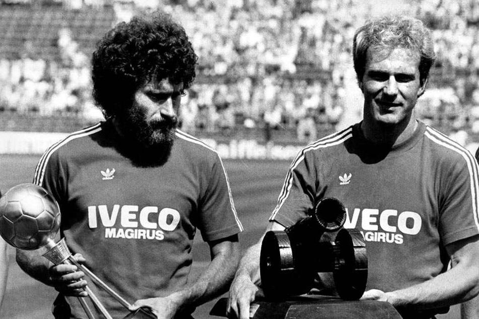 """1981 wurde Paul Breitner (links, neben Karl-Heinz Rummenigge) als """"Fußballer des Jahres"""" ausgezeichnet. Sieben Jahre zuvor hielt er die WM-Trophäe in den Händen."""