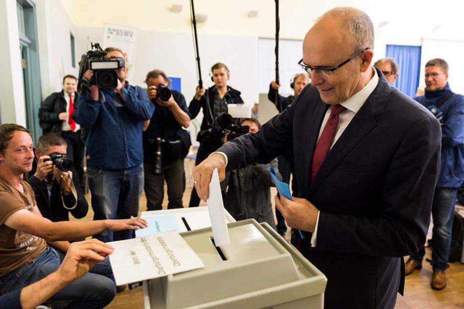 Der amtierende Ministerpräsident und SPD-SpitzenkandidatErwin Sellering bei der Stimmabgabe.