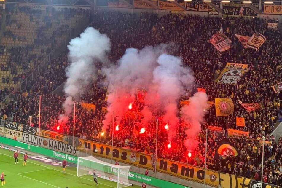 Die Pyro der Fans vor dem Spiel.