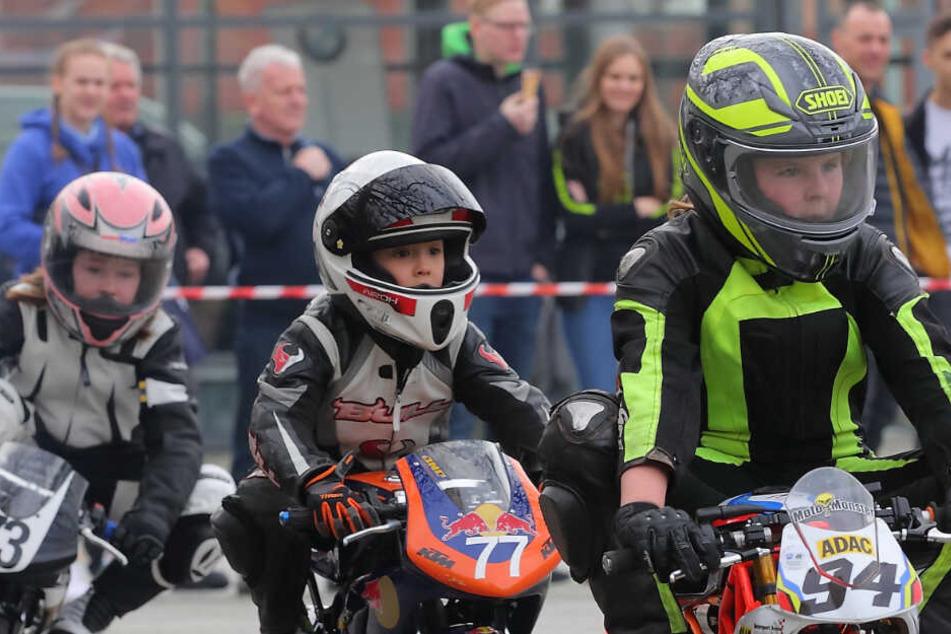 Schon Fünfährige dürfen in Sachsen Rennen fahren - wie hier auf der Messe mit herkömmlichen auf 3,9 PS gedrosselten Maschinen.
