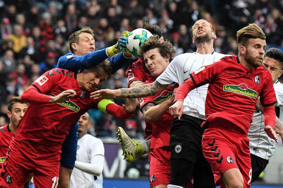 Augen zu und durch: Freiburg-Keeper Alexander Schwolow versucht das Spielgerät festzuhalten.