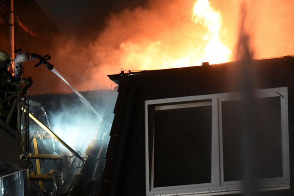 In der Nacht zu Mittwoch brach in dem Haus in Jena ein Feuer aus. (Symbolbild)