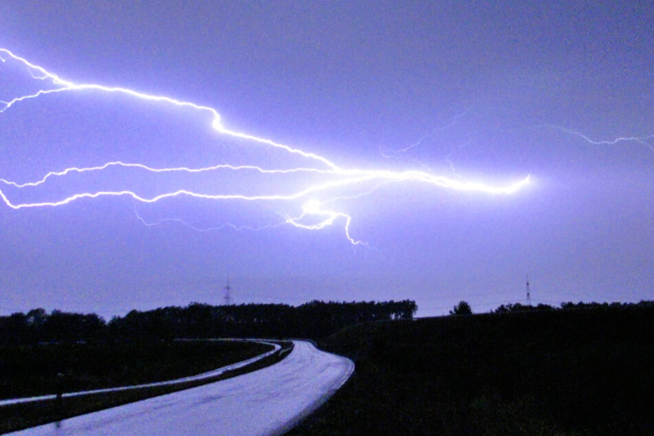 Mehrere Blitze erhellen in Südbrandenburg nahe der A10 die Nacht.
