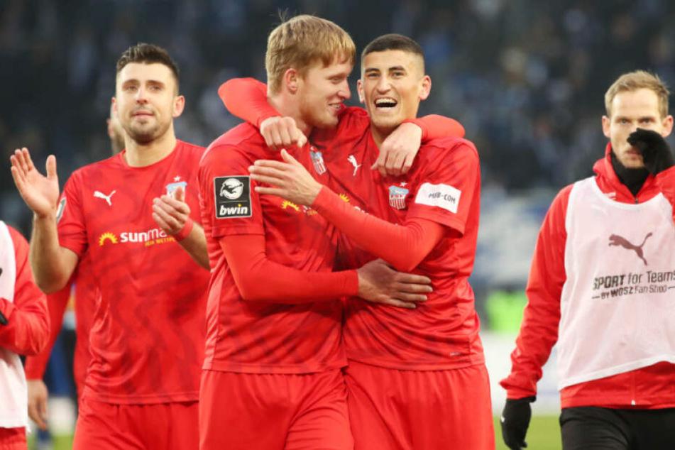 Die FSV-Mannschaft feierte in Magdeburg ausgelassen den Auswärtssieg.