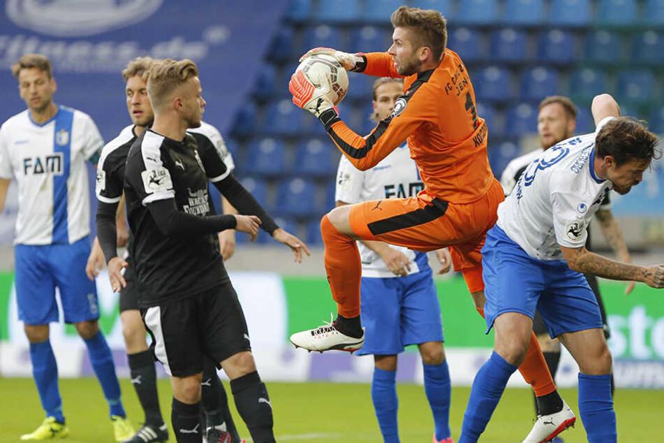 Jenas Keeper Raphael Koczor pariert gegen Dennis Erdmann vom FCM.