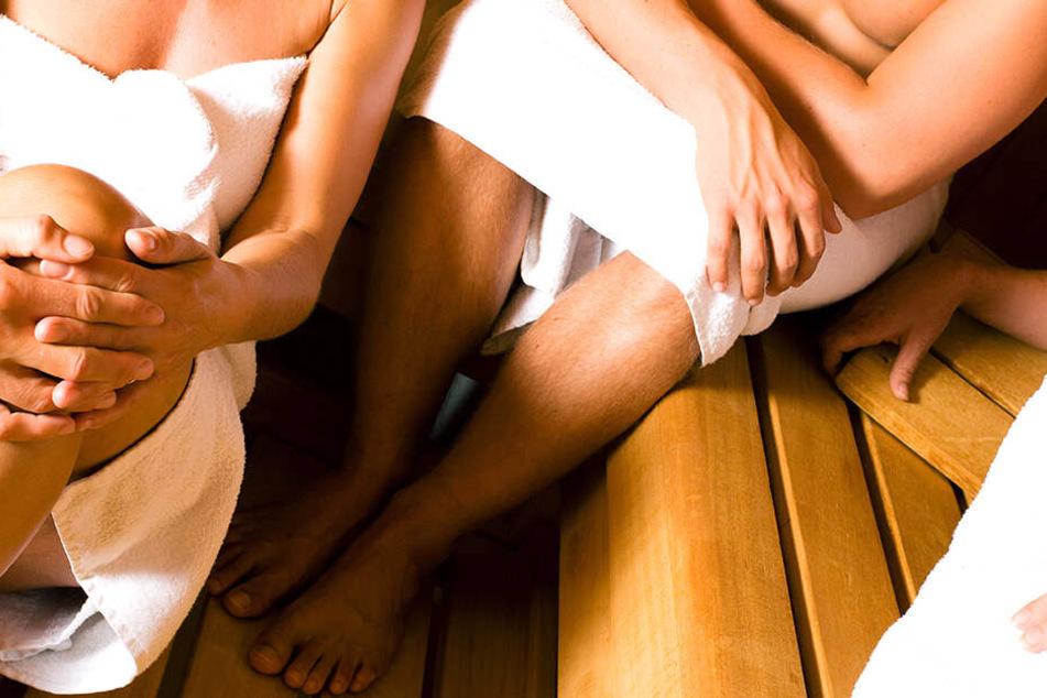 In einer vollbesetzten Sauna traf ein Polizeioffizier auf einen alten Bekannten.