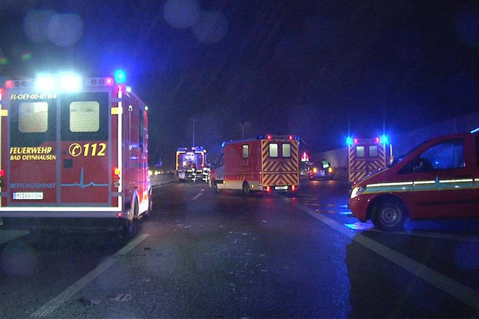 Zahlreiche Rettungskräfte waren auf der A30 im Einsatz.