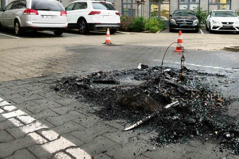 Hier im Innenhof der Leipziger Telekomzentrale zündeten die Brandstifter zwei Firmenwagen an.