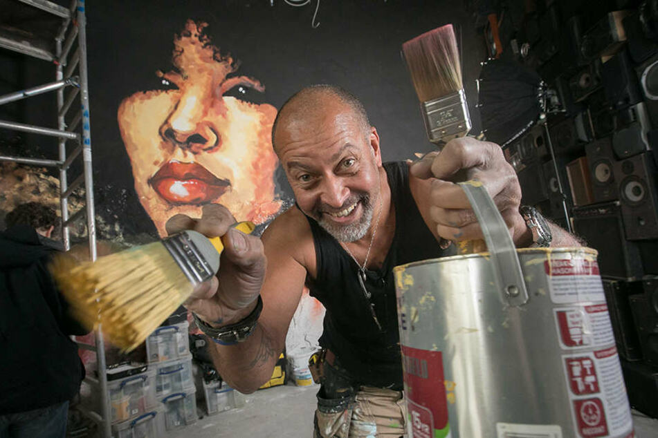 "Er malt das ""Turtle Bay"" bunt aus: der Londoner Künstler James  Udo-Affia (54)."