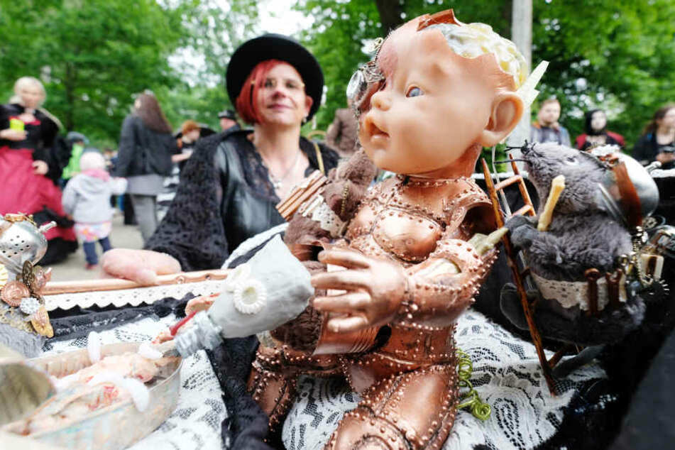 Ja, auch Puppen werden extra fürs WGT zurecht gemacht.