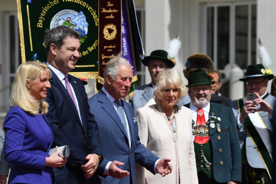 Der britische Thronfolger Prinz Charles (3.v.l) und seine Ehefrau Camilla kommen zu einem Empfang in der historischen Residenz und stehen neben Ministerpräsident Markus Söder (CSU, 2.v.l) und seiner Frau Karin.