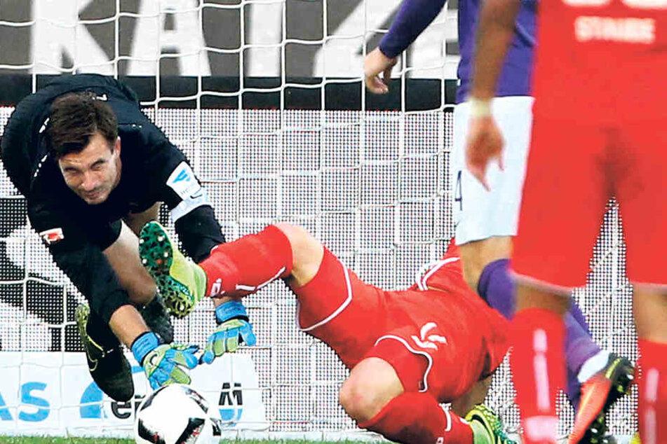 Aue, 21. September 2016: Martin Männel (l.) kracht unglücklich mit Bielefelds Christoph Hemlein zusammen und zieht sich eine schwere Ellbogenverletzung zu. Die Folge: drei Monate Zwangspause.