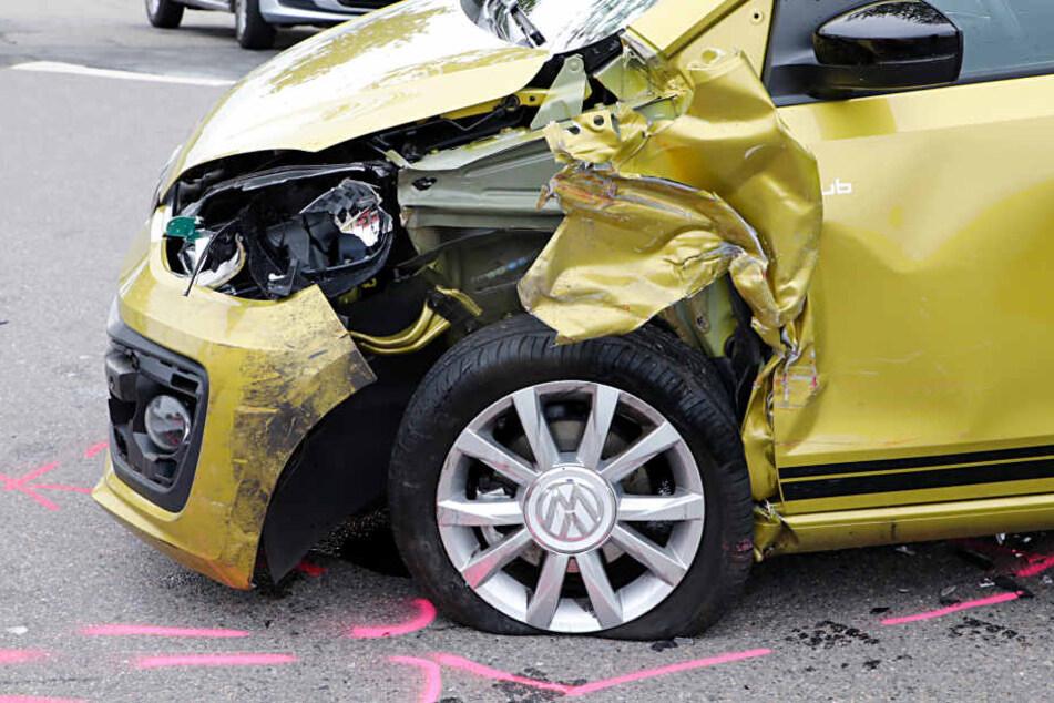 Der VW Up! wurde auf der Fahrerseite schwer beschädigt.