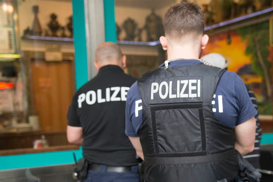 Als die Polizisten den 25-jährigen Schläger festnehmen wollten, wurden sie von den übrigen Männern beleidigt. (Symbolbild)