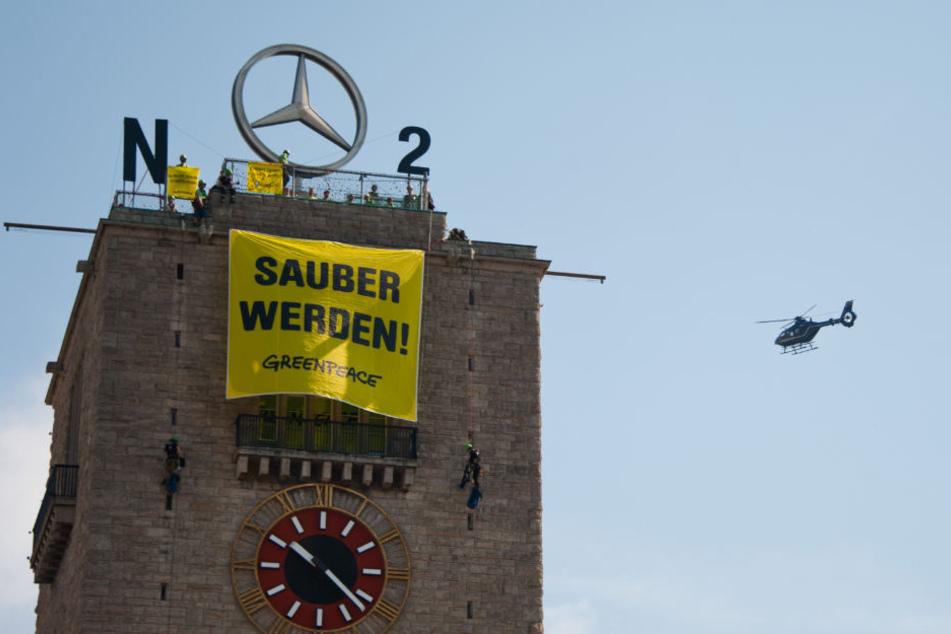 In luftiger Höhe demonstrierten die Umweltschützer am Turm des Hauptbahnhofs.