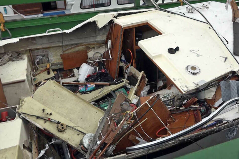Das durch die Explosion zerstörte Sportboot im Hafen.